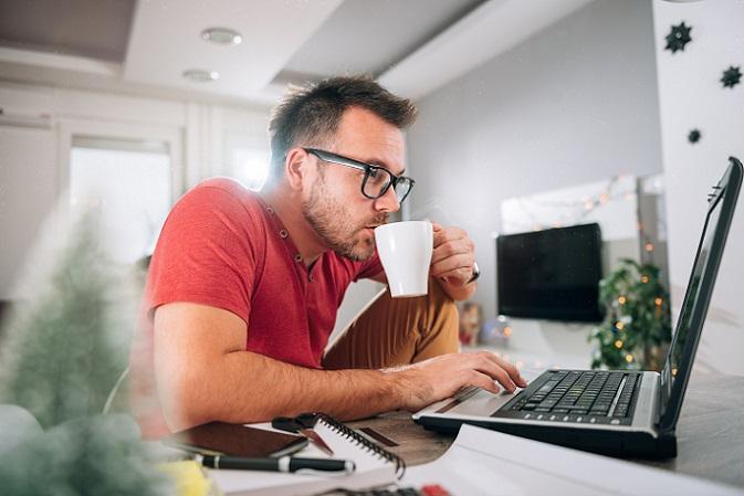 Als Telearbeit werden die Tätigkeiten bezeichnet, die im Home Office ausgeübt werden. Dabei gibt es eine Reihe von Angestellten, die für ihren Arbeitgeber die Tätigkeiten von zu Hause aus erledigen. (#01)