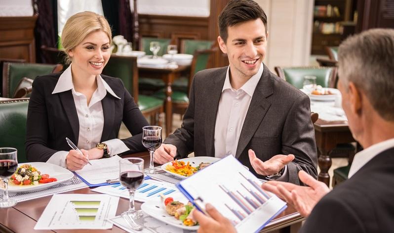 Lädt der Freiberufler entweder an dem Ort, an dem er tätig ist oder woanders, seine Kunden oder andere geschäftliche Gäste ein, so gehören auch diese Auslagen zu den Spesen.