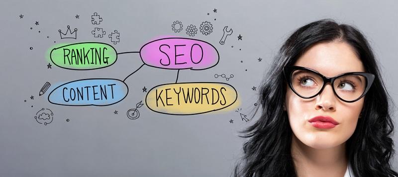 Für die eigene Webseite muss man viel Werbung und Suchmaschinenoptimierung einplanen. Wer einen Shop bei Ebay eröffnet, nutzt eine bekannte Plattform, auf der Artikel sofort auffindbar sind.