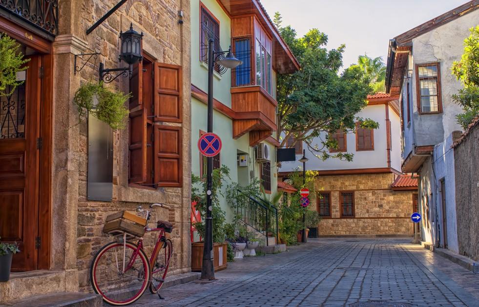 Für unser Glückshotel Türkei wäre tatsächlich die  Altstadt Kaleici in Antalya ein besonders angenehmer Standort. Von der altstadt aus ist man ratzfatz überall. Das gitl für den Konyaalti Beach genauso wie für die Festung Hidirlik Kalesi (#1)
