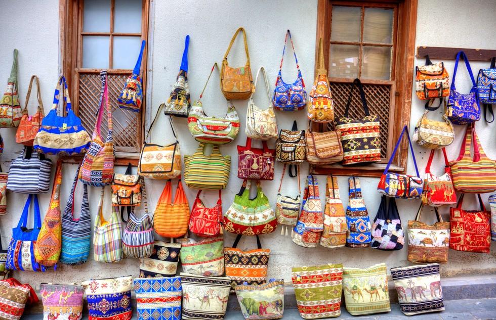 Fakes, Plagiate und Konsorten liegen reichlich zur Ansicht bereit. Der große Basar in Antalya steht seinen Kollegen in anderen Städten in nichts nach. Handtaschen und Uhren. Ein Paar Louboutin Pumps für 50 Dollar? Kein Problem! (#4)