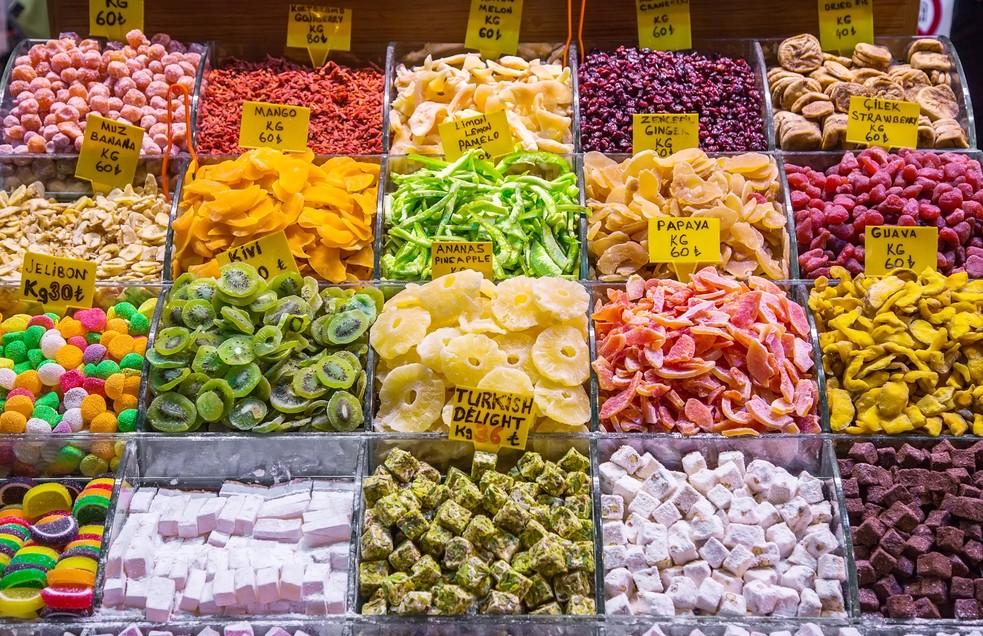 Auf dem großen Basar in Antalya gibt es auch die typischen türkischen Süßigkeiten. Bei Baklava fängt es an und beim kandierten Obst geht es weiter. Farbenfroh und lecker geht es hier zu. Hier in Antalya sollte das Glückshotel Türkei am Besten in der Nähe des großen Basars stehen. Das Leben und bunte Treiben sind ein Erlebnis. (#2)