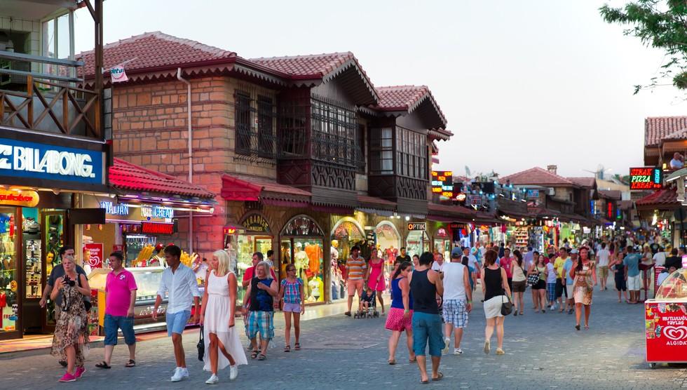 Hier mal ein Foto vom großen Basar in Antalya. Ich weiß ja nicht, welche Erwartung Sie so an einen Basar haben - ich habe ihn mir ehrlicherweise ganz anders vorgestellt.  Dennoch empfinde ich beim Anblick den typischen Reiz des Morgenlandes. Aber da ist auch ein jeder anders gestrickt. (#3)