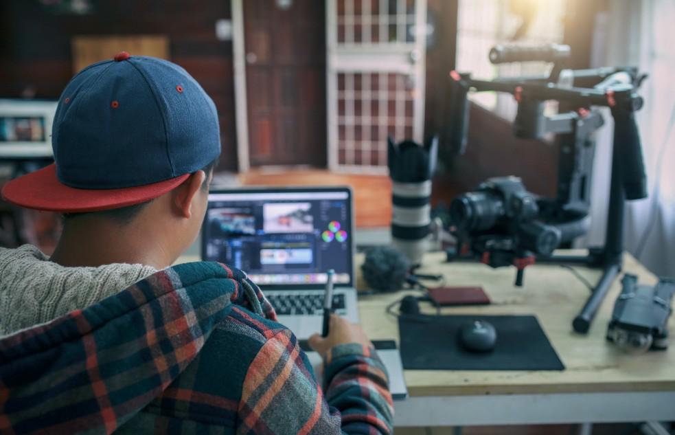Um für YouTube eigene Videos produzieren zu können, benötigt man auch gutes Equipment. Es muss nicht gleich hollywood-tauglich sein, doch eine kleine Investition wird es allemal sein. (Foto: shutterstock - ImageBySutipond, #2)