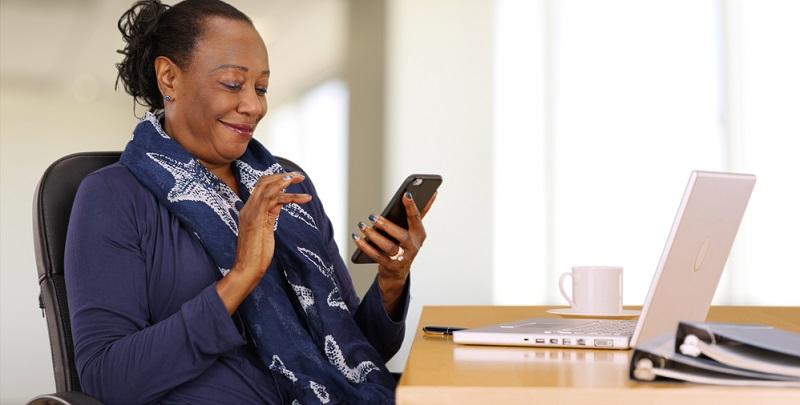 Gern wird dies seitens der Arbeitnehmer als Eingriff in die Privatsphäre bezeichnet, doch der Arbeitgeber darf das dienstliche Telefon tatsächlich kontrollieren.