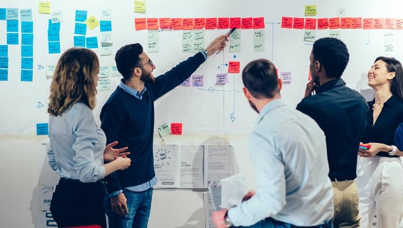 Mit einer Vielzahl unterschiedlicher Abteilungen, die alle an der erfolgreichen Umsetzung des Projekts arbeiten, wird eine möglichst klare und einheitliche Kommunikation entscheidend. (Foto: Shutterstock- GaudiLab)