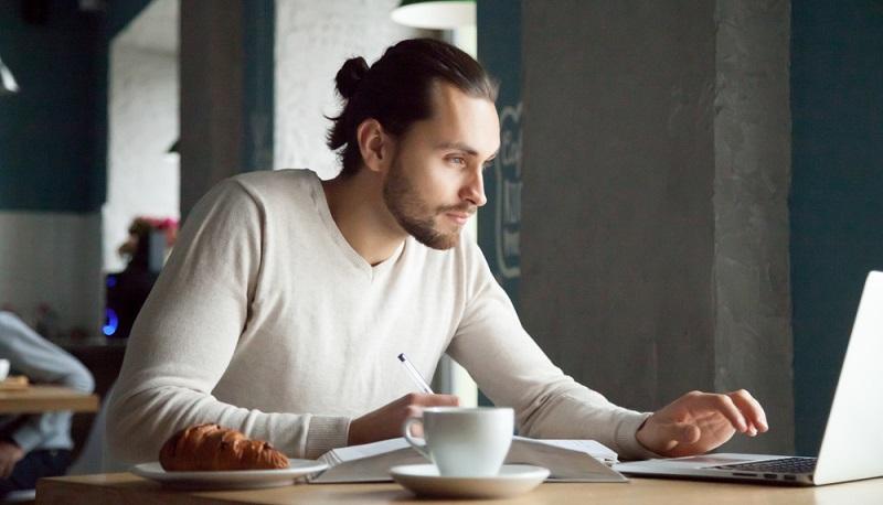 Das Internet bietet die besten Möglichkeiten, nach dem passenden Job zu suchen. Da keine Arbeitserlaubnis erforderlich ist, kann man sich auf jede Stelle bewerben. ( Foto: Shutterstock- fizkes)