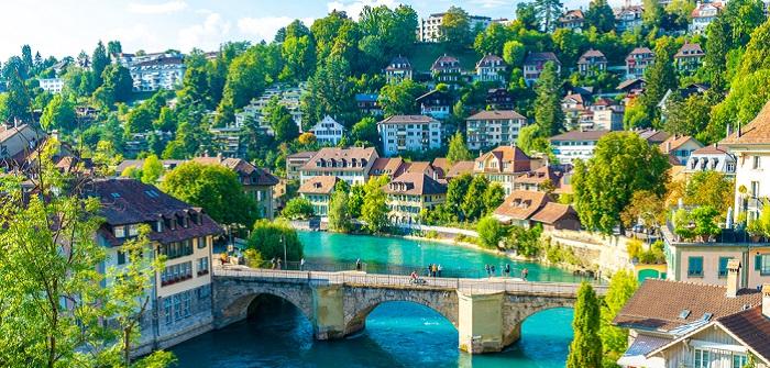 Arbeit in der Schweiz: Auswandern als Chance für Fachkräfte (Foto: Shutterstock- gowithstock)