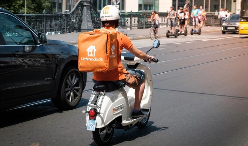 Damit die Auslieferung an die Kunden schnell und einfach erfolgen kann, sind die Lieferando Fahrer gut ausgestattet. Sie können die Lieferungen per Fahrrad, Auto oder auch mit dem Roller machen.  (Foto: Shutterstock-  hanohiki )