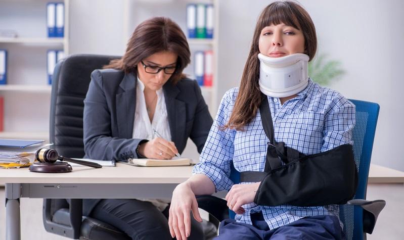 Eine Person stürzt auf dem Firmengelände über ein Kabel und verletzt sich schwer. Die Versicherung zahlt Schäden an Personen, wobei auch daraus resultierende Vermögensschäden in der Absicherung enthalten sind. ( Foto: Shutterstock-Elnur)