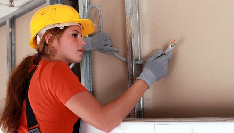 Ein Mitarbeiter beschädigt einen fremden Gegenstand, als er einen Kundenauftrag erledigt.  ( Foto: Shutterstock- Phovoir  )